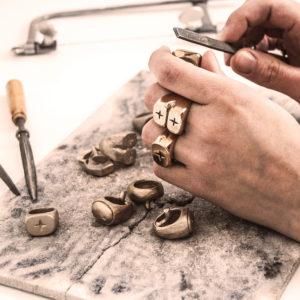 Fabrication à la main des bijoux en bronze.