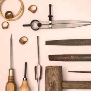 Outils pour la fabrication des bijoux en bronze.